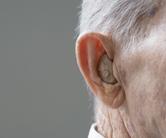 orecchio sordo anziano