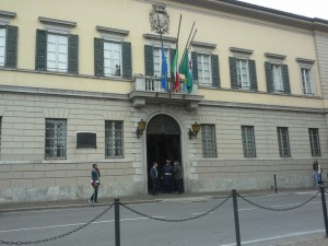 palazzo bovara bandiere mezz'asta