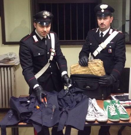 carabinieri e scarpe abiti