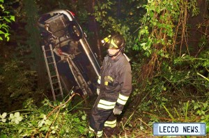 vigili del fuoco recuperano l'auto