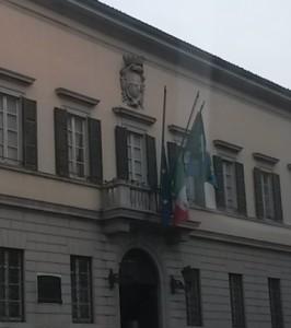 palazzo bovara bandiere lutto