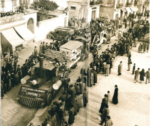 Sfilata di Carnevale del 1957, passaggio di piazza Cermenati, Lecco