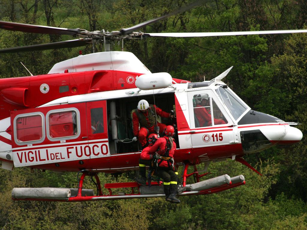 Elicottero Vigili Del Fuoco Verde : La polemica per salvare un cane e paga