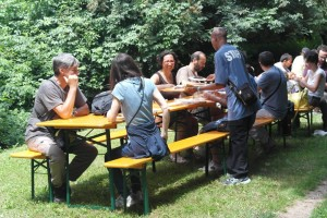 pranzo all'aperto rifugiati