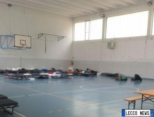 migranti profughi lecco maggianico palestra interno
