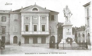 Piazza Garibaldi, il Teatro della Società e il Monumento a Garibaldi, Lecco, 1901