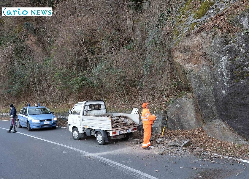 masso cade sulla strada provinciale SP 72 in località Garavina