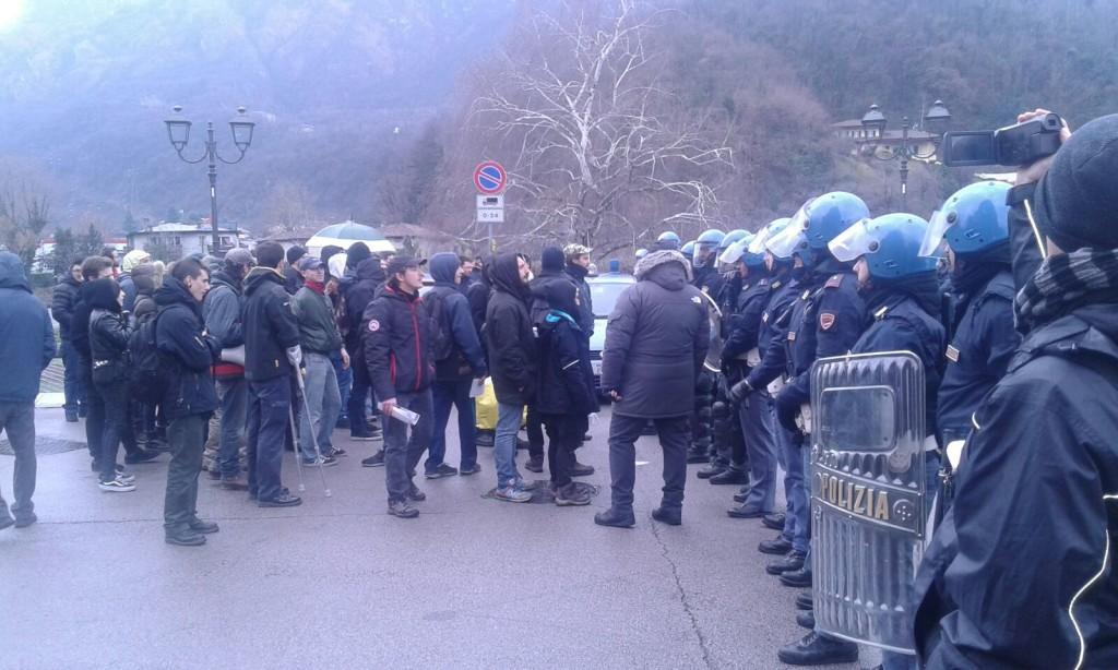 ANTAGONISTI VS POLIZIA LECCO