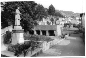 Fig. A: Statua del Beato Serafino e frantoio delle pietre, 1961