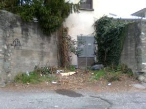 Via Elettrochimica rifiuti vecchi