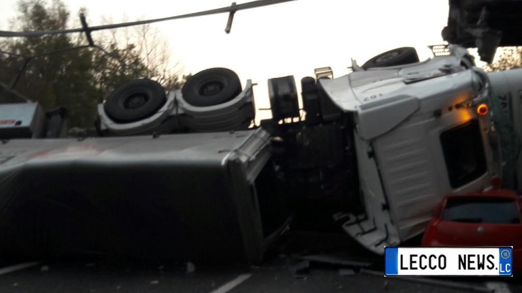 auto-sotto-camion-crollo-ponte-annone