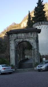 L'arco di accesso al sentiero per san Gerolamo, Vercurago, 2017