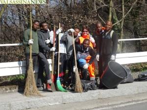 migranti-artigianelli-pulizia-strade-11