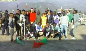 migranti-artigianelli-pulizia-strade-5