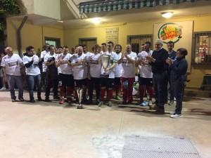 La formazione vincitrice dell'Atletico Varenna brandisce il trofeo Pensotti
