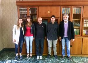 Da sinistra: le professoresse Borghetti e Giorgi, quindi il professor Sala, lo studente vincitore Andrea Ruggiero e infine il dirigente scolastico De Battista.