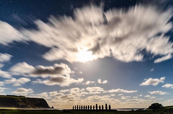 Ahu Tongariki durante l'alba lunare