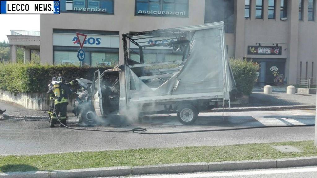 furgone fiamme incendio via balicco (1)