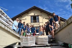 studenti del MYD con le imbarcazioni dopo il varo