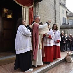 Il parroco don Claudio Maggioni benedice gli animali sul sagratato della chiesetta di sant'Antonio