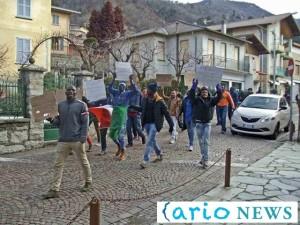 esino migranti sfilano