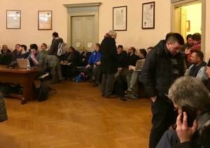 folla al consiglio comunale di lecco per lario reti