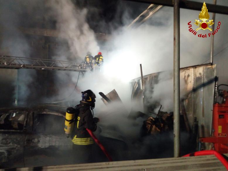 calolzio incendio bancali auto (1)