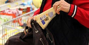 furto ladri formaggio supermercato 1