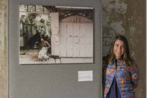 L'autrice Francesca Rota con la sua fotografia al Festival delle Missioni (ottobre 2017)